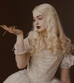 Alice-in-Wonderland-Anne-Hathaway-as-the-White-Queen